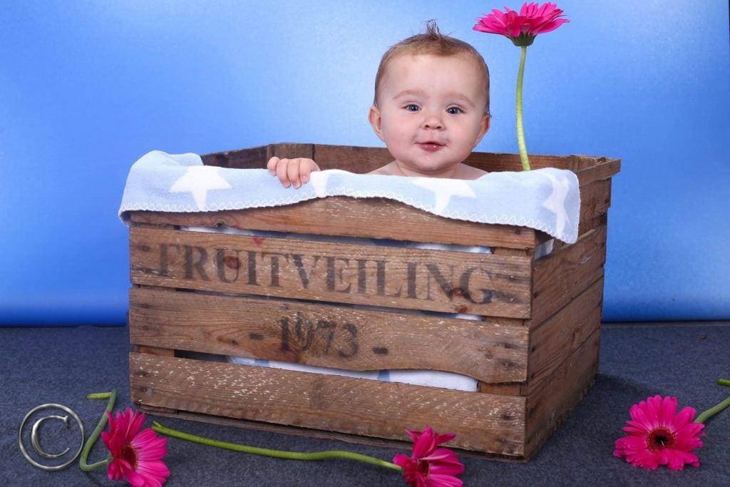 baby in houten kratje voor newborn fotografie