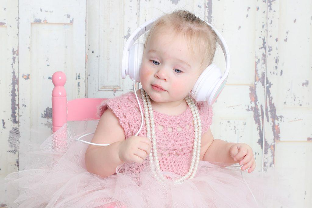 baby met koptelefoon op voor babyshoot