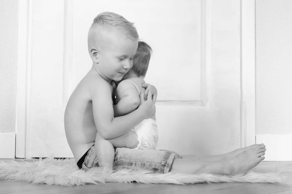 broer met babybroertje in zijn armen