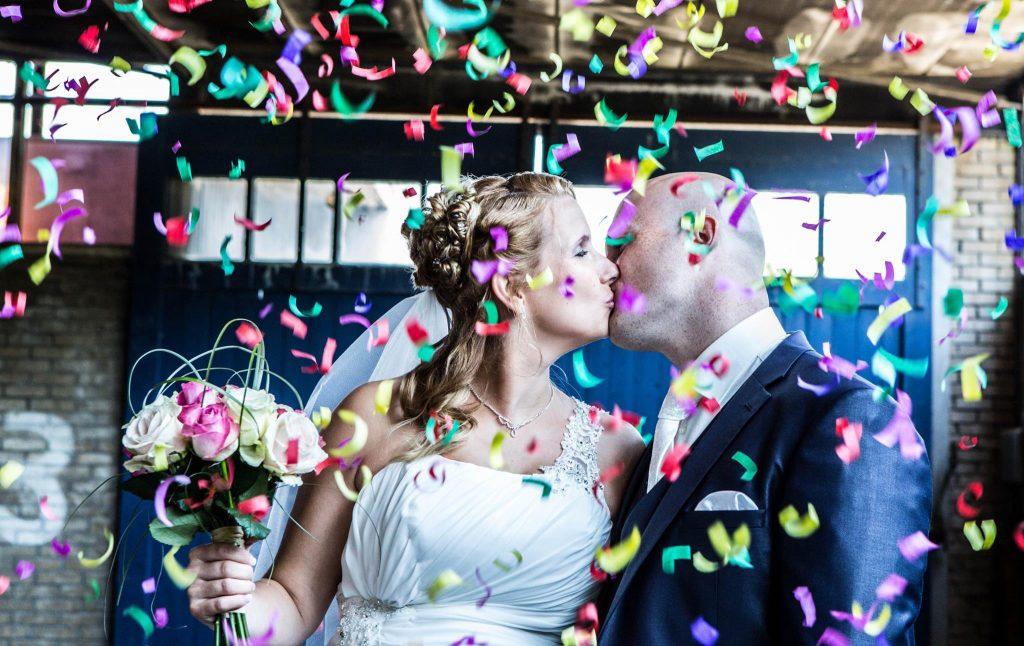 pas getrouwd stel geeft elkaar kus voor aanbod trouwfotografie