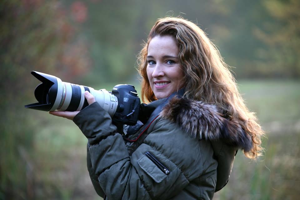 Monika Schreurs fotograaf houdt camera vast