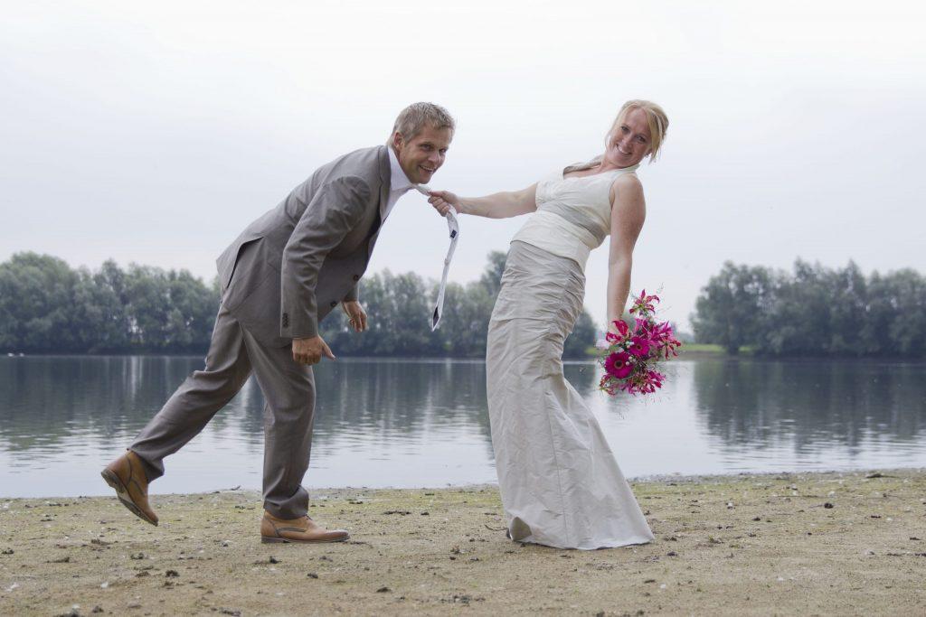 pas getrouwd stel poserend bij vijver voor trouwfotografie