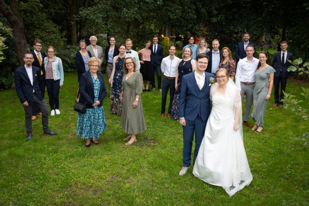 pas getrouwd stel poserend voor trouwfotografie