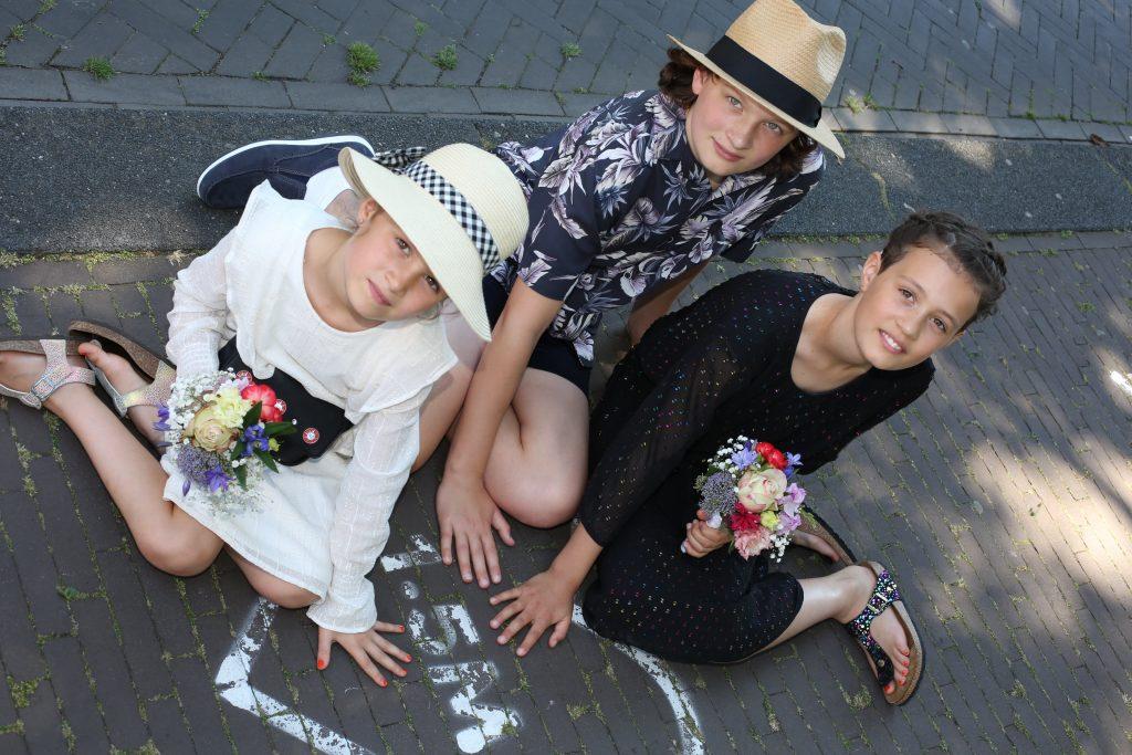 kinderen poserend voor trouwfotografie