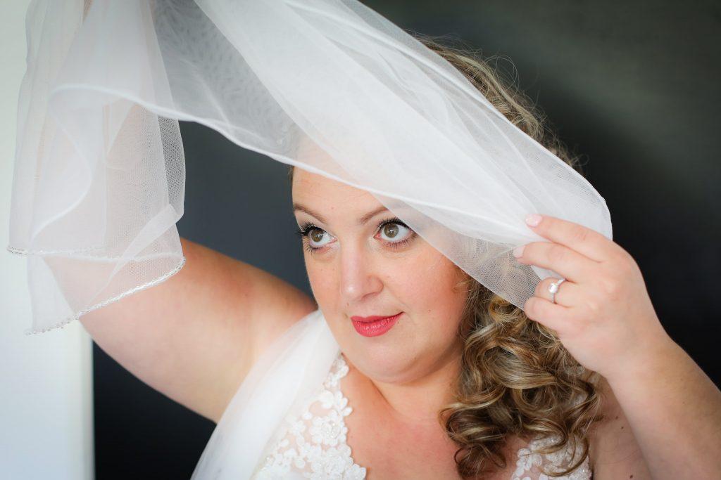 bruid poserend voor trouwfotografie